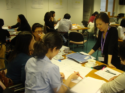 Participants talking with Udagawa-sensei
