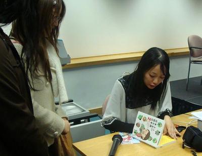 Hebizo-sensei signing autographs
